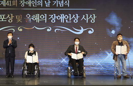 2021년 4월 20일 장애인의 날 기념식에서 수상한 제25회 올해의 장애인상 주인공들.ⓒ에이블뉴스DB